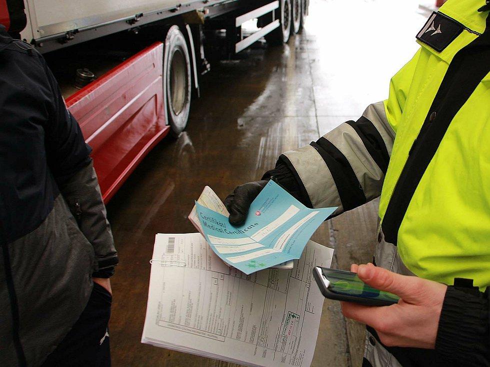 Policisté kontrolovali u řidičů negativní Covid testy.