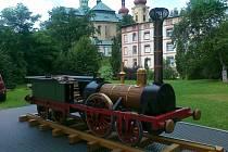 Zhruba metrová maketa historické první lokomotivy, která přijela do Břeclavi, zkrášlí výpravní budovu břeclavské železniční stanice. Vznikla díky přeshraniční spolupráci s muzeem v Hohenau. Odhalí ji poslední zářijovou sobotu ve dvě hodiny odpoledne.
