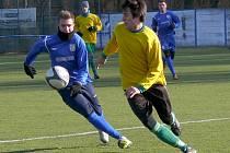 Fotbalisté Břeclavi (v modrém) doma v přípravě zdolali Mutěnice.