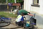 Se zničujícími následky povodní, které zasáhly velkou část Čech, pomáhají již několik dnů také záchranáři z Břeclavi a okolí.