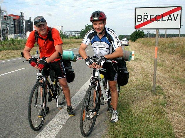 Dva dvacetiletí břeclavští dobrodruzi Michael Dubský a David Formánek vyrazili v sobotu 18. června po osmé hodině ráno z Břeclavi směr Jadran.