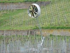 Unikátní stroj s vrtulí má vinohrady ochránit před jarními mrazíky.