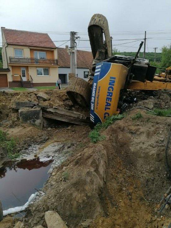 Při opravách křižovatky na Mikulov se v Milovicích pod jeřábem utrhl mostek.