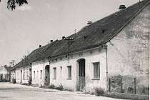 Obec Mušov musela zmizet kvůli vzniku novomlýnských nádrží. Na snímku je náves v Mušově v roce 1974.