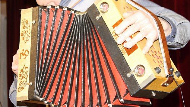 Třicítka harmonikářů zahrála v Pohořelicích. Vystoupení zaplnilo radniční sál