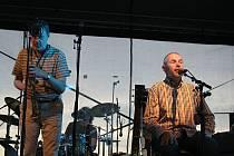 Bratři Ebenovi představili v popickém vinařství Sonberk hravé a vtipné texty svých písní.