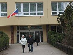 S volebními lístky v rukách spěchali voliči hned po druhé hodině odpoledne také do volební místnosti v základní škole v Tyršově ulici ve Vyškově.