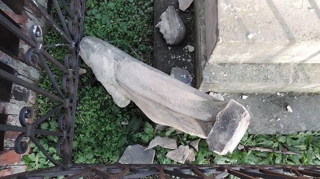 Břeclavská radnice obnoví vandalem zničené sousoší.