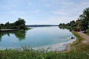 Výlov uhynulých ryb z největšího moravského rybníku Nesyt na Břeclavsku.