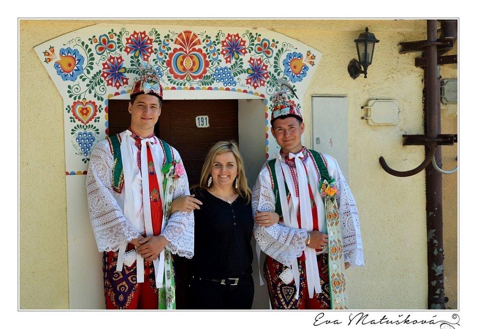 Šestašedesátiletý slovenský fotograf Robert Vano fotil na Podluží pro nový charitativní kalendář Šohaji 2015. Pózovalo mu asi dvacet mladých folkloristů. I polonazí.