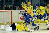 Petr Žurek v brance Břeclavi byl proti dorážkám nymburských hokejistů bezmocný.
