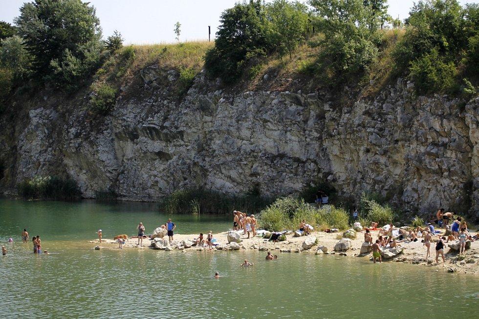Bývalý vápencový lom v Mikulově. V létě si tam užívají přírodního koupání davy návštěvníků.