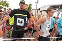 Redaktor Martin Daneš (vlevo) zdolal jedenáctikilometrovou trasu v čase 47:34.