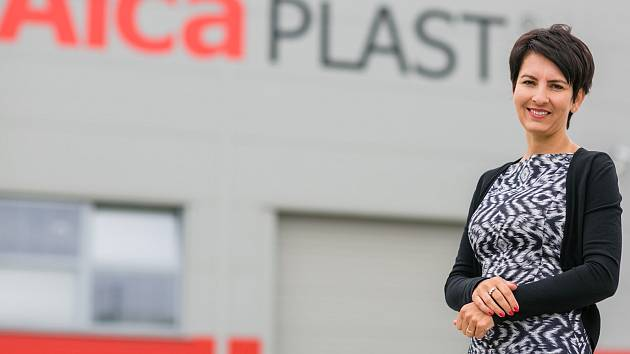 """Šéfka břeclavské společnosti Alca Plast Radka Prokopová před jednou z výrobních hal. """"V uplynulých bezmála dvaceti letech se nám podařilo vybudovat zdravou, kapitálově stabilizovanou firmu rodinného typu,"""" říká oceněná manažerka roku 2015."""