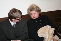 Hana Tomášová (vpravo) se svým právním zástupcem