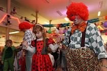 Studenti školy čar a kouzel v Bradavicích, draci, ale také princezny se setkali v Sokolovně Charvátské Nové Vsi na karnevalu.