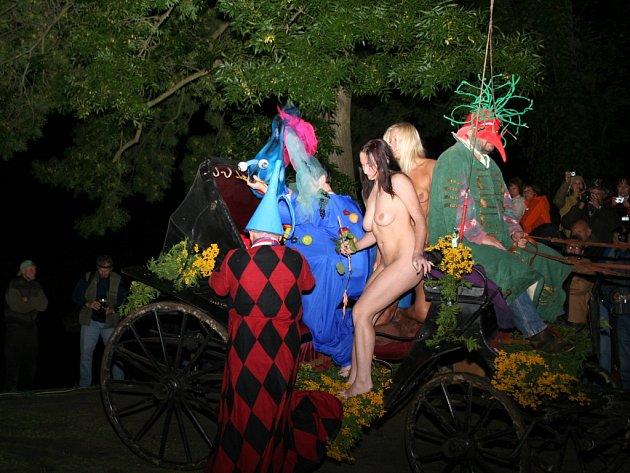 Surrealista Kristek předvedl u Janohradu neobvyklou podívanou. Během happeningu se odehrálo šest svateb. I jeho.