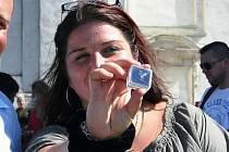 Šťastná Marie Vojčová ukazuje diamant, který získala na Svatém kopečku. Diamant je ukrytý v krabičce.