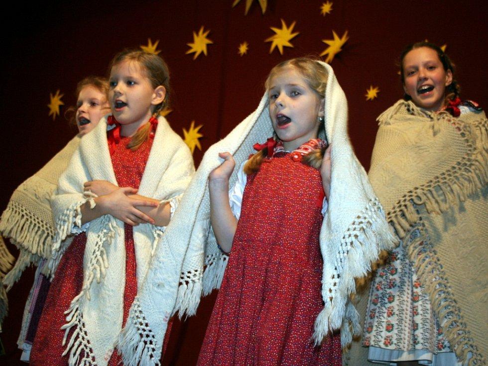 Na podiu se při adventním koncertu vystřídaly desítky folkloristů.