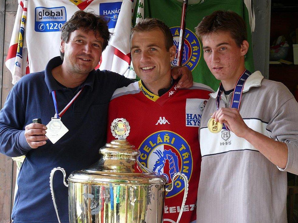 Jiří Polanský přijel do Nejdku ukázat pohár pro vítěze extraligy.