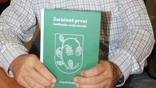 Autor knihy Zaručeně první lanžhotsko-český slovník.