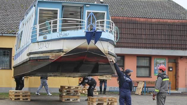 Lodní doprava Břeclav, která provozuje plavby na Dyji, před novou sezónou vytáhla dvě ze svých šesti lodí na pevninu. Jedna z nich podstoupí pravidelnou technickou kontrolu, druhou budou částečně opravovat.
