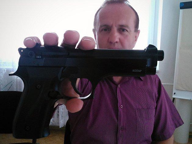 Břeclavský kriminalista Josef Michálek ukazuje plynovou pistoli, s níž se dvacetiletý mladík pokusil vykrást benzinku u Sedlece na Mikulovsku.