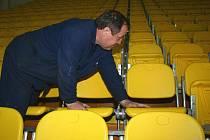 Sedačky na tribunách břeclavského zimního stadionu dostávají nový kabát.
