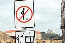 Čůrání zakázáno. Nezvyklá značka se nachází v blízkosti veřejných toalet, za něž lidé zaplatí pět korun.