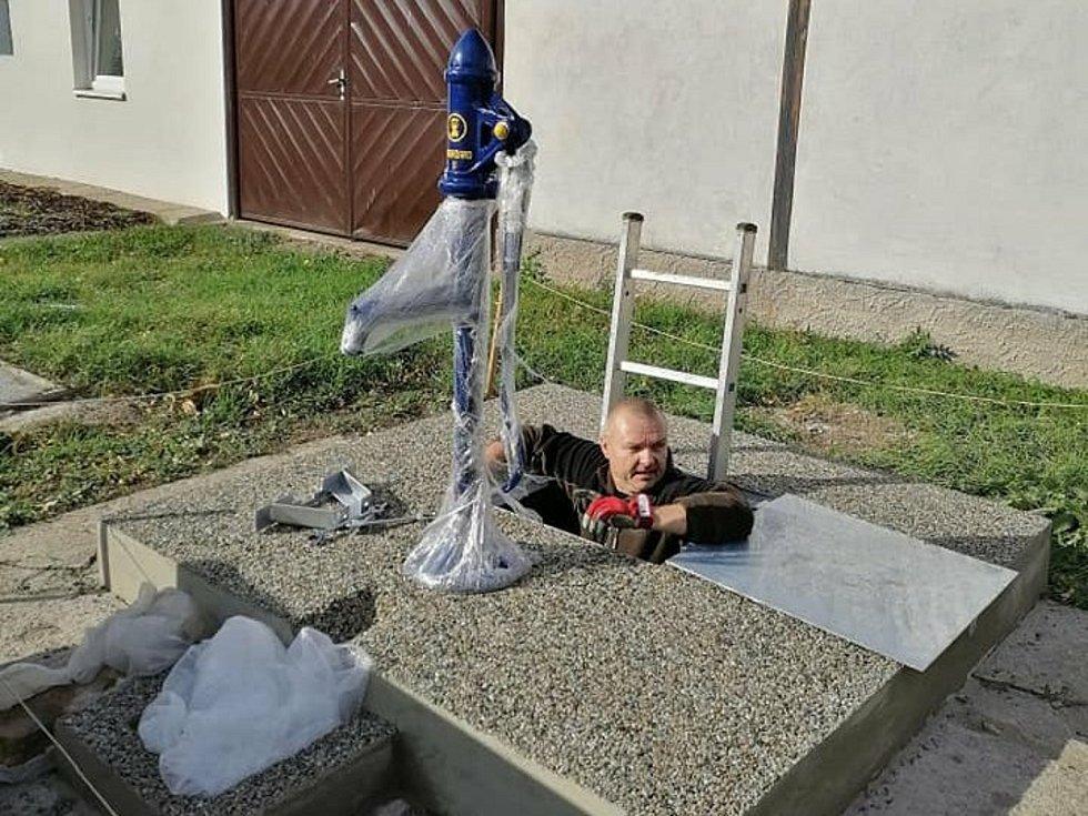 Ve Strachotíně lidem slouží obnovené obecní studny.