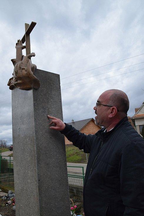 Restaurátor Michal Navrátil obnovuje pomníčky dětem utonulým v řece Dyji na Nových Mlýnech v roce 1936. Na snímku starosta obce Radek Průdek.