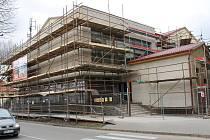 Lešenářské trubky obepínají od března největší kulturní dům z éry socialismu v břeclavském okrese. Ve Velkých Bílovicích.
