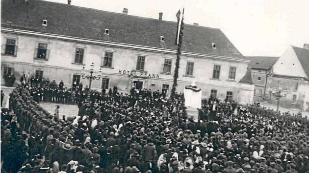Vznik Československa 28. října 1918 oslavili lidé v ulicích. Davy se sešly i v centru Pohořelic. Češi vyvěsili prapor, zazněly proslovy, vlastenci zpívali. V pozadí fotografie je vidět místní hotel Pfann.