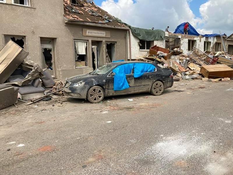 Pohled, který se ulicích Hrušek naskytl dobrovolníkům, kteří dorazili pomáhat po tornádu.