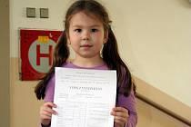 Šestiletá Markéta Žůrková z Břeclavi má z prvního školního vysvědčení radost.