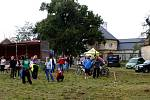 Valtice obsadili v sobotu cyklisté, i přes nepřízeň počasí. Ze zámeckého parku se letos přestěhovali na louku u Belvederu.