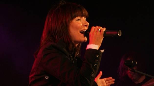 Zpěvačka Anna K. rozezpívala v sobotu večer yacht club u Mušovského jezera pod Pavlovem.