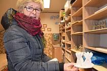 Jana Hasíková vede ve Vrbici kurzy keramiky s názvem Dědo, babi, jak to bylo dřív? Společně s dalšími ženami před Vánoci obci vytvořily hned tři keramické betlémy.