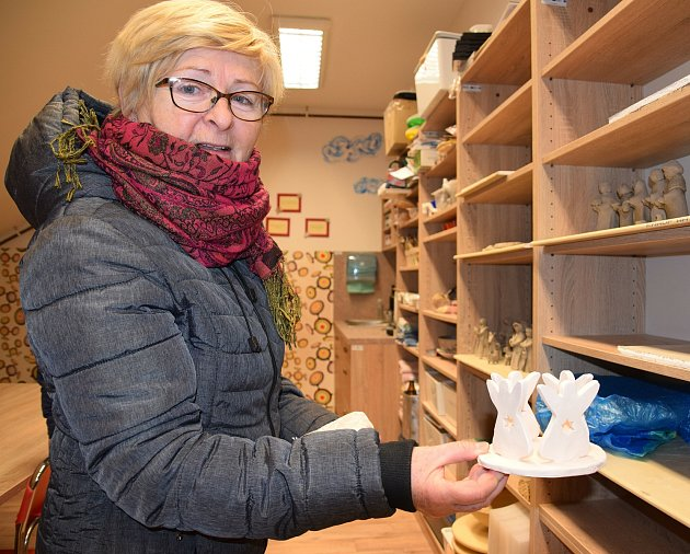 Jana Hasíková vede ve Vrbici kurzy keramiky snázvem Dědo, babi, jak to bylo dřív? Společně sdalšími ženami před Vánoci obci vytvořily hned tři keramické betlémy.