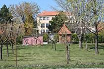 Spodní část školní zahrady se sadem.
