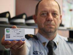 Velitel břeclavských strážníků Stanislav Hrdlička ukazuje parkovací kartu s QR kódem.