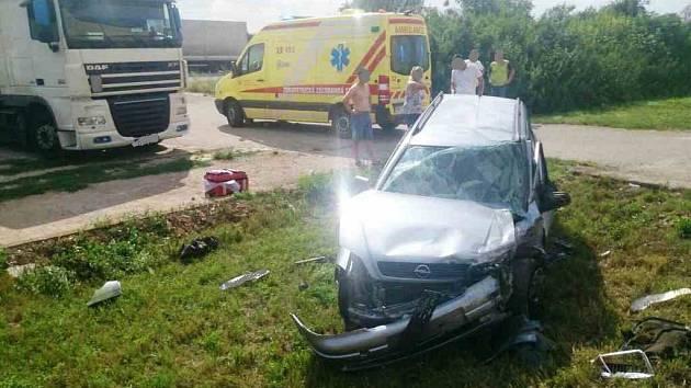 Na silnici mezi Velkými Němčicemi a Hustepečemi se srazila tři osobní a jedno nákladní auto.