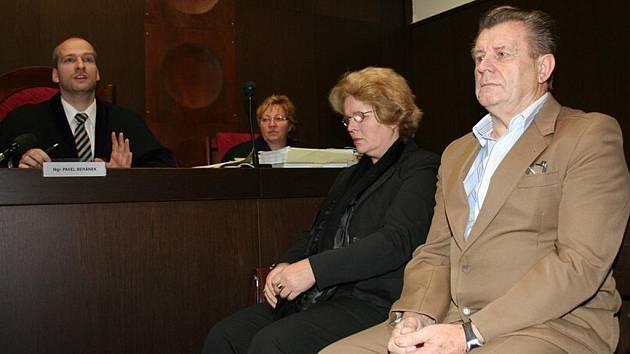 Bývalý starosta Přítluk Jan Minařík a jeho zástupkyně Daniela Řezáčová ve středu 9. prosince opět usedli na lavici obžalovaných v budově Okresního soudu Břeclav.