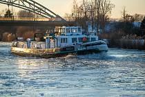 Lámání ledu pomocí remorkéru v Hannoveru.