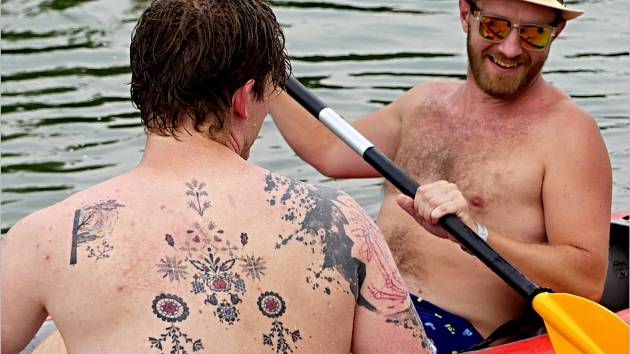 Na Dyji v Břeclavi opět vyplula roztodivná plavidla při tradiční Neckyádě.