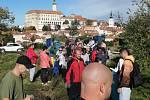 Dobrovolníci na začátku října uklízeli Svatý kopeček od odpadků.