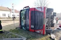 V centru Podivína se v zatáčce převrátil kamion vezoucí obilí. V pondělí dopoledne tam omezil dopravu.