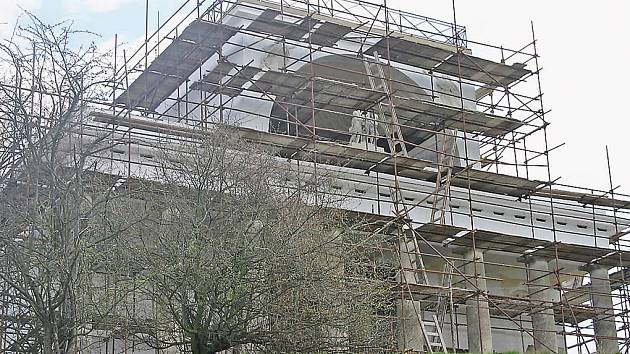Šest milionů korun investovali památkáři do rekonstrukce Apollonova chrámů, jedné z perel Lednicko-valtického areálu. Salet, tedy drobná zděná parková stavba,  je zatím stále ještě opletený pavučinou z lešení.
