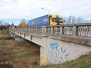 Silniční most v břeclavské městské části Poštorná je ve špatném stavu. Čeká na opravu.