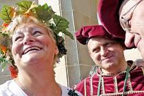 Návštěvníci letošního ročníku Burčákových slavností se mohou opět těšit na kvasinku vinnou i starostu Hustopečí Luboše Kuchynku (uprostřed) v historickém kostýmu.